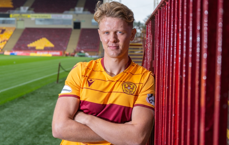Mark O'Hara signs for Motherwell