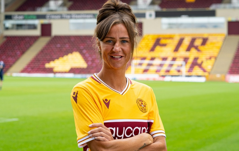 Claire Crosbie signs for Motherwell