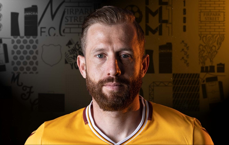 Kevin van Veen signs for Motherwell